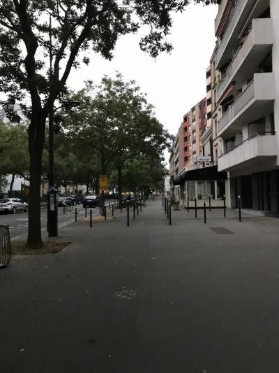 積年の願い、ラデュレシャンゼリゼへ朝食に向かいます。<br />8時の予約ですが、目が覚めてしまったので観光兼ねて早めに出発。<br />ホテルの前は静か。