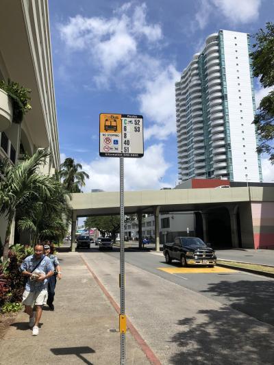 ハワイ2日目はノースショア・ハレイワに行ってきます。The Busの旅です。<br />以前にもThe Busでハレイワに行ったことがあるのですが、乗り場がよくわからず、アラモアナの海側のほうのバス停から乗ったら遠回り路線に乗ってしまい、(ポリネシアンセンターのほう経由するやつ)、今回は前回の過ちからきちんと52番バスに乗り込みます!