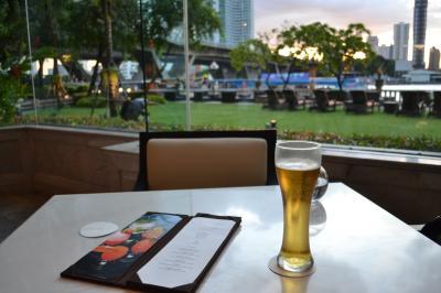 さて、ホテルに戻ってきてカクテルタイムです。<br />まずはビールから。チャーンビールです。