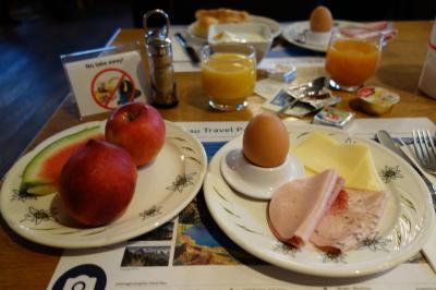 7:00 朝食<br />ユングフラウロッジの朝食はゆで卵とフルーツが豊富で嬉しい♪<br />「NO TAKE AWAY」ですって。<br />宿泊客は中国4割、韓国1割、日本1割、欧米4割という感じ。<br />ここでベルンで見掛けた韓国双子に再々会。まさか宿まで同じとは!