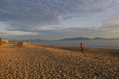 3日目の早朝。今日も朝早くからビーチには人がたくさん。<br />これはあくまで地元の人たちが出勤、通学前の話なので、7時ころにはみなさん撤収します。<br /><br />今日はミーソンへのツアーがあるので、朝食までは散歩。