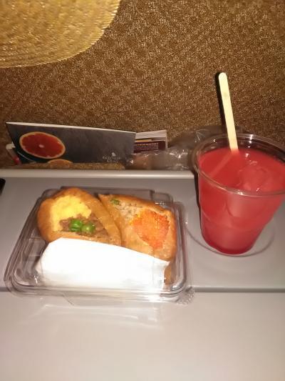 9月4日、羽田発2時25分のシンガポール航空で、まずはシンガポールに向けて出発。軽食の飾り稲荷寿司。<br />飲み物はいつものシンガポールスリング(カクテル)。