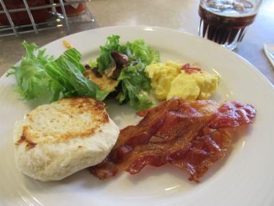朝食はどうでしょうか。<br />・・・イマイチかな??<br />エンバシーはリゾートフィーがありませんが、宿泊費自体はお安くないですよね。夜は飲めるし朝食もついていますが実際お得感はあまりないかな?という感想です。<br />三世帯での旅行やグループ旅行の場合は十分な広さもあり便利ですのでおすすめできるかと思います。<br /><br />朝食後は部屋でごろごろして12時半にチェックアウト。<br />本日のお宿「Hilton Garden Inn Waikiki Beach」へ向かいます。