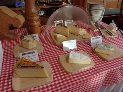 アッペンツェルはアッペンツェルチーズの本場。<br /><br />チーズの本場ともあって多種類のチーズが並びます。<br /><br />一応少しずついただきましたが、どれも大好き!