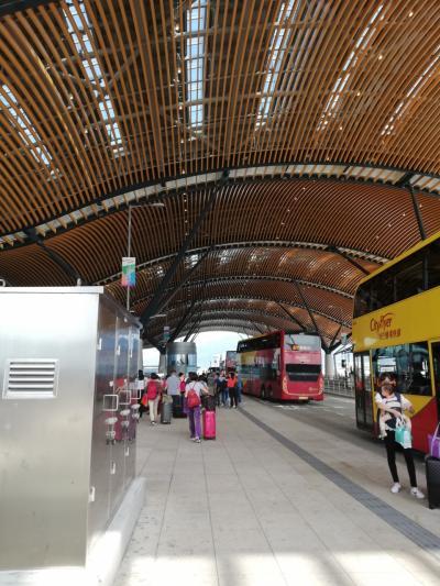 【港珠澳大橋を利用する方法】<br />香港空港到着後、まずは到着ロビーでオクトパスカード(八達通)を購入しました。<br />港珠澳大橋で中国へ移動するためB4のバス乗り場へ移動します。Aのバス乗り場とは逆、タクシーなどの乗り場の方です。<br />そこから路線バスで香港口岸へ。