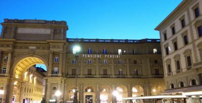 ホテルからは大聖堂,ウィフィッツ美術館,ヴェッキオ橋,ポルチェッリーノ(いのしし),ノヴェッラ薬局等,歩いてどこへでも行ける好立地です.ホテル前にはメリーゴーランドが設置されており,夜になると煌びやかに照らされてとても綺麗です.