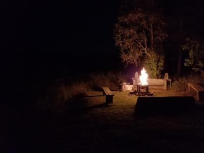 ほどなくして湖をほとりにある小屋に到着。ここから焚き火のそばで3時間くらい留まってオーロラを待ちます。