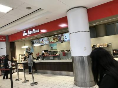 Tim Hortons を見るとカナダにやってきたという感じがしますね。こちらは営業してました(24時間営業の店には、夜のドライブのトイレ休憩などでもお世話になりました!)が、両替所は閉まってしまいました。