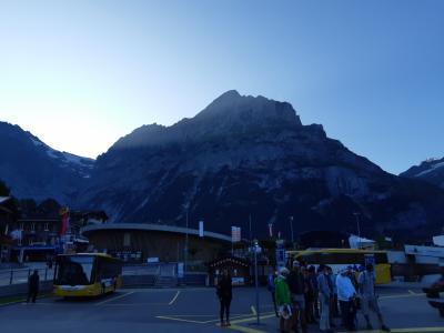 グリンデンワルト駅の駐車場から左側の山