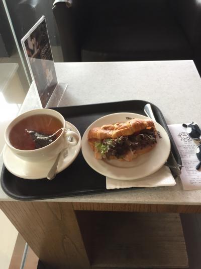 昨日はチョット体調を崩したので、ホテルの朝食ビュッフェは諦めました。<br />馴染みのカフェで遅めの朝食兼昼食です。<br />指定席(と勝手に思っている)のテラスが埋まっていたので店内で我慢。