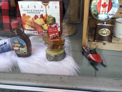 お土産やさんのショウウインドウ<br />カナダ土産の メープルシロップ