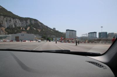 15時半。<br />検問前の渋滞を潜り抜け、ようやく入国することができました。<br />入国早々、世界で唯一ここにしかない「滑走路の踏切」を渡ります。