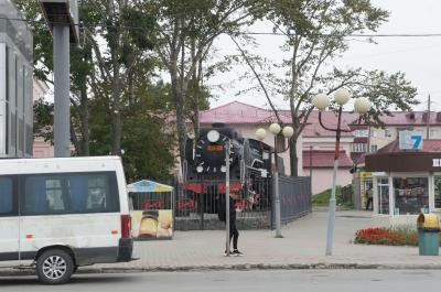コルサコフからユジノサハリンスク駅前に戻ってきました<br /><br />機関車ありますね