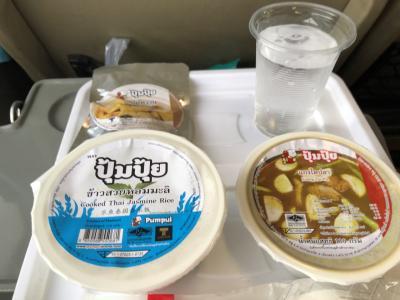 2時間しないうちに、昼ごはん! タイ鉄特急は、1両に1つの電子レンジがあり、暖かいご飯を食べられます!<br /><br />チェンマイ線では、カレーが2種類出たよ? え、1種類?