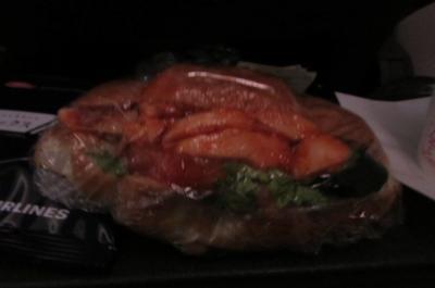 ブレブレですが<br />1回目の軽食<br />チキンがピリカラのタレで味付けされています<br />(さすがに今は食べれません…)