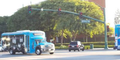 この通りは「ディズニー」通りですね.小さいですが,向こう側の信号のしたの表示が「Disney Way」になっています.バスにもどこかで見たような絵があります.
