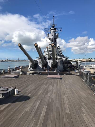 船首にある主砲。<br />16インチの主砲が前に2基、後ろに1基、合計3基の砲塔にそれぞれ3門、合計9門が搭艦されています。<br />射程距離は37kmだそうです。