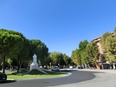 10:10分と到着予定より早く着く。こんなこともあるのかイタリア鉄道。<br />写真はラヴェンナの駅前。駅前は街路樹が美しく、観光客もそこそこいました。<br /><br />旧市街を目指そうと思ったのですが、1つだけ離れた場所にあるサンタポッリナーレ・イン・クラッセ聖堂から先に行くことにしました。<br /><br />広場に向かって左手にあるバス停から乗るのですが、土曜のせいかバスがなかなかやってこない。