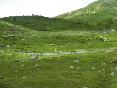 ウルスレンの谷沿いの町レアプルを過ぎるといよいよフルカ峠の登り口にさしかかりました。<br />車窓から見上げれば、石垣造りの階段状の道路が何段にも渡って見えました。<br />これが噂のスイス版いろは坂でしょうか?