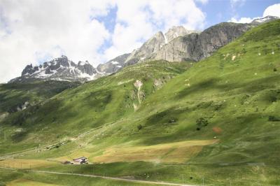 7月3日、旅行3日目アンデルマットの続きです。<br />ウルスレンの谷を進んで行くと道の両側に雪を頂いた山々が迫ってきました。