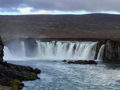 いや〜、確かに神の滝ですな〜〜。 トップの写真もそうですが、絵になる滝です。