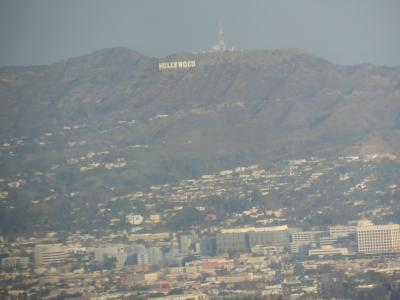 ホテルの部屋窓から、ハリウッドサインをパチリ。