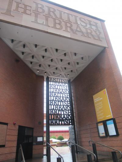 12月6日金曜日<br />朝から予想通り雨です。ロンドンの人はほとんど傘をさしてない。<br />風が強いので折り畳み傘なんかは、さしてもすぐにひっくり返ってしまう。<br />パディントン駅前から205番のバスに乗って大英図書館に行きました。<br />入口からしてオシャレです。<br />