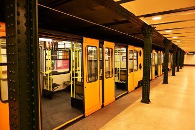 でも、断腸の思いで!?地下鉄に乗ってオペラ座に行くのです!<br /><br />ブダペストには1~4号線の地下鉄が今現在あって、そのうちの1号線が世界遺産になっています。広場の階段を降りるとすぐに乗り場。道路の下とっても浅い位置を走ってます。電車は3両編成で1駅区間は2分ぐらいと、要はトラムの地下版みたいな感じ。<br /><br />12月29日だからか?日曜だからか??普段からこんなもんなのか???朝6時半の地下鉄はガラガラでした。