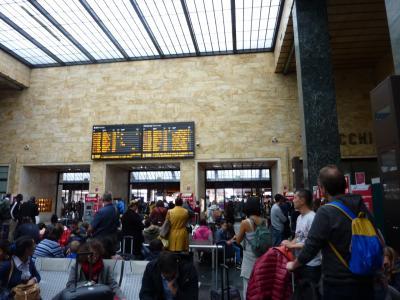 フィレンツエ中央駅<br />3連休の最終日の日曜日<br />混んでる