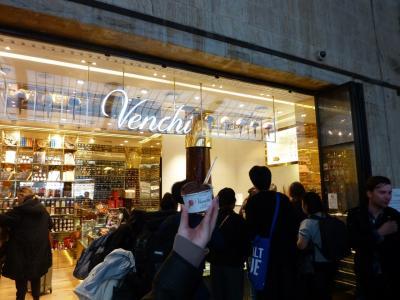 """フィレンツエ駅構内のチョコレート屋さん Venchi<br />あちこちで見かけて気になっていたお店<br />なんて読むんだろう?<br />""""ベンチ? それとも まさかのベンキ?""""<br />娘と笑ってたら ホントにヴェンキと読むらしい<br />最近日本上陸したとか<br />"""
