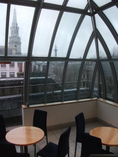 この日は生憎の雨、イギリス各地で猛威を振るった嵐「ブレンダン」の前の静けさ。ちなみにこの部屋は「トラファルガールーム」というのだそう、知りませんでした。
