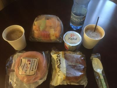 朝ごはんはいつも通り日本から持って来たパンとスティックコーヒー。フルーツはホテルの売店で6.5ドル、ヨーグルトは2.5ドル。<br />パークが9時からだったので7時過ぎに起きました。