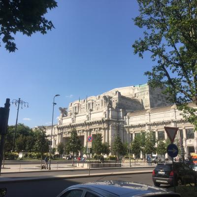 ホテルから徒歩数分のミラノ中央駅