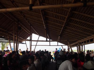 12/30<br />今日はペニダ島観光です。<br />ドライバーがホテルまで迎えに来てくれました。<br />港まで連れてこられ、ここでしばらく待ちます。<br />今日乗る船に日本人もいました。
