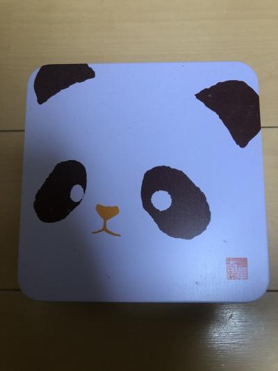 ホテルの下の奇華餅家で買えるパンダクッキーです!<br />日本で出発前にネットで調べていて買おうと思っていたお店がホテルの下にあるなんて驚きです!<br />次に紹介するsuicaの香港バージョン、オクトパスカードでも買うことが出来ます!<br />このオクトパスカードを使うと少し安くなりました!