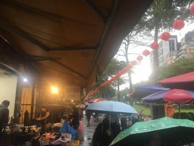 最終日はあいにくの雨です。<br /><br />双連の朝市に来てみましたが、<br />お店もあんまり出てない。
