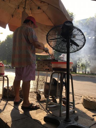 歩道で豚肉を焼いてくれます<br />朝から気温は30度近くに
