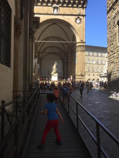 翌朝、朝食後さっそく街歩き。<br />ネットで予約したウフィツィ美術館へ。
