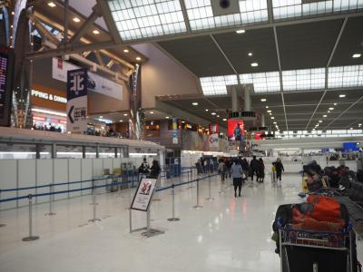さて出発日。<br />いつものように東京駅八重洲口から京成の「1,000円バス」に乗っておよそ1時間。成田空港第二ターミナルに到着です。<br />今はもうチェックインは全部機械なんですね。航空会社のカウンターに人はほとんどいません。スーツケースを預けるのも無人省力化です。AIが進化すると本当にヒトがする仕事は減るよな(怖)