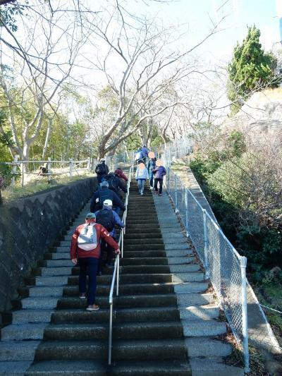 北口の観光案内所の「役場口」から階段を上がり吾妻山の展望台へ向かう。<br />