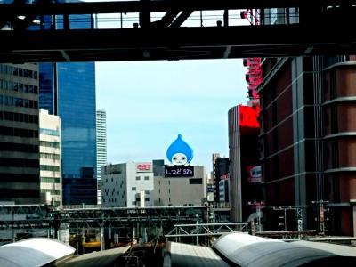 梅田到着、ビルの隙間からいつものぴちょんくん。JR神戸三ノ宮駅に向かいます。