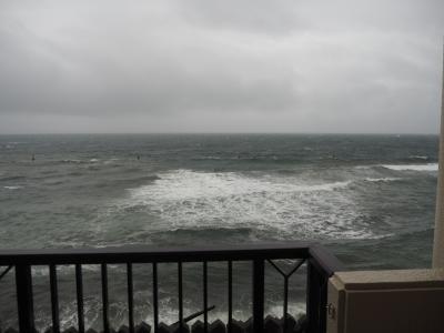 前日の夜から雨が降り出し、朝起きると海は高波!<br />ただの雨天ですが、こんなに波が高くなるんですね。