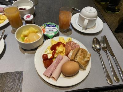 2日目の朝。<br /><br />外は真っ暗でしたが、3日間しか観光の時間がないため早めに起床。<br /> <br />ホテルは朝ごはん付きで、バイキング形式でしたが、とても美味しかったです!<br />メニューの代わり映えはなかったものの、毎日美味しい朝ごはんが食べれて幸せでした。<br />スクランブルエッグが本当に美味しかったのと、カフェオレはホテルマンの方が注いで下さるのが、嬉しいポイントでした。