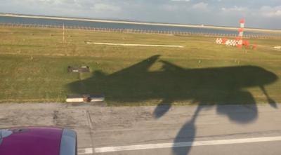 沖縄の朝日を浴びたピーチの飛行機が那覇空港に着地します!