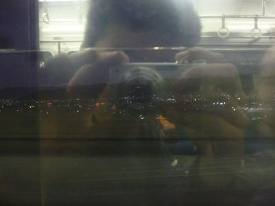 高尾からは大月行に乗り継ぎ、大月からは甲府行に乗り継ぎました。これは甲府盆地の夜景です。(反射がひどくて済みません)