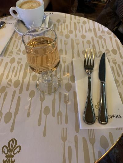 とゆう事で、朝ご飯はロイヤルオペラで食べました<br />私の記憶では、元旦の日以外では、朝の8時くらいから酒を飲んだ記憶がない!<br />しかも間違いなく初の朝ワイン&#127863;<br />パリとゆう雰囲気がワインを注文させたのでしょうか<br />ギャハハ