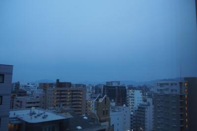 7時過ぎの空。天気微妙~~~~。<br />純喫茶は日曜定休のところが多いので、おとなしくホテルの無料朝食へ。