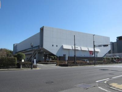 熊本県立総合体育館は熊本の市電の県立総合体育館前駅から歩いて5分くらいのところにあります。市電は桜町バスターミナルのとなりの辛島町から15分くらいなので車でなくても気軽にたどり着けます。