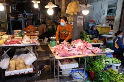 肉もむき出しで売ってます。東南アジアや中国でよく見る風景です。スーパーで売っているパックされた肉や、冷蔵ケースに入った肉を売る肉屋さんに慣れている日本人からすると、ほんと感染症とかにならないの?と不思議になります。