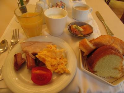 7時に起きて8時に朝食。  8:16<br />(硬いパンは苦手のため)やわらかそうなパンとして自分で適当にカットしたマフィンとクロワッサンを取ったが、いずれも大きすぎて3分の1を持ち帰った。<br />焼きソーセージ、炒り玉子、ハム、トマト、オレンジジュース、ヨーグルト、アメリカンコーヒーなど。